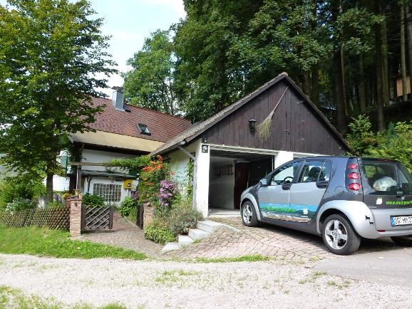 Der Ferienhaus-Eingang mit Garage